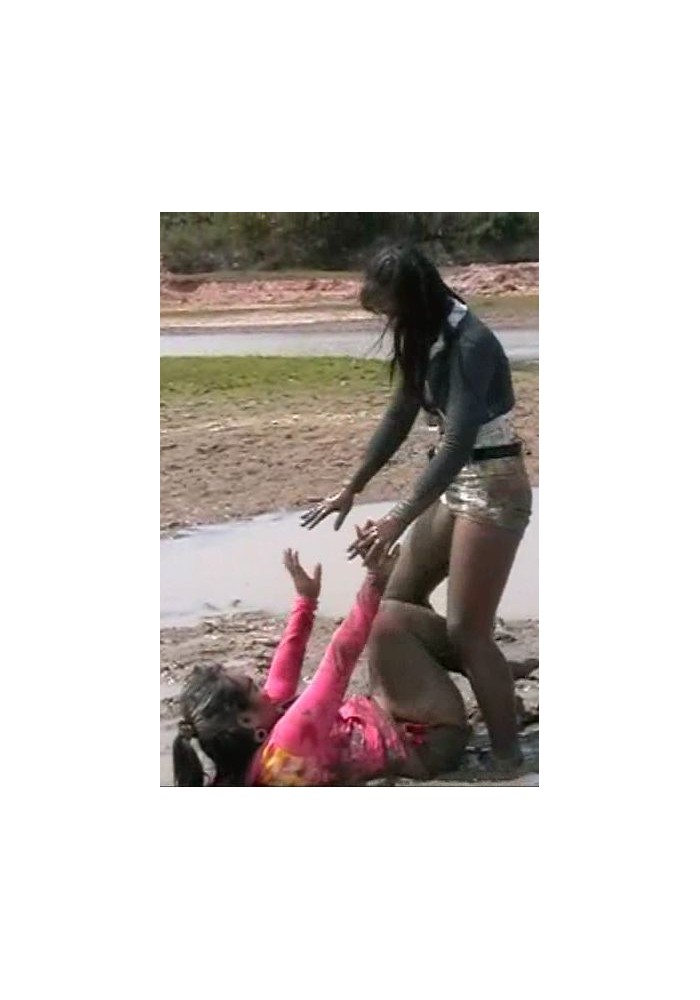 W157 Bee and Noi in muddy fight (movie)